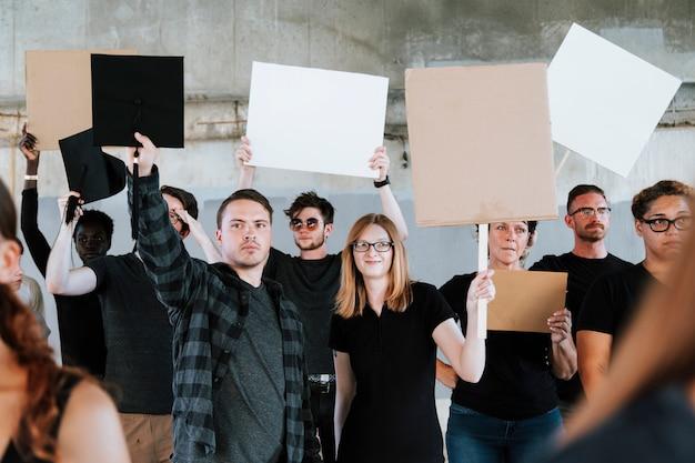 Manifestantes lutando por seus direitos