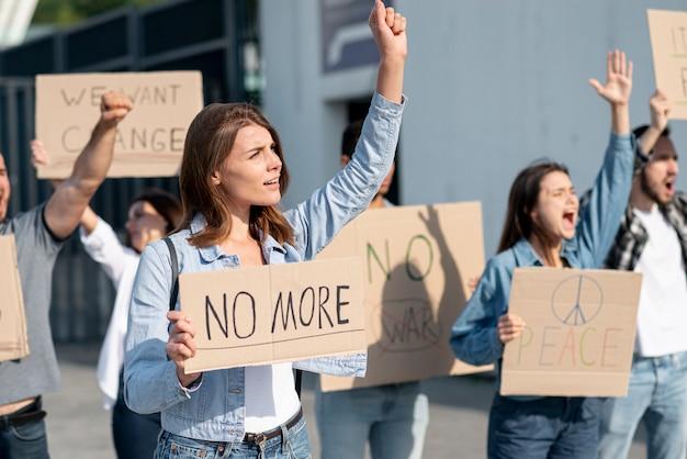 Manifestantes reunidos para demonstração