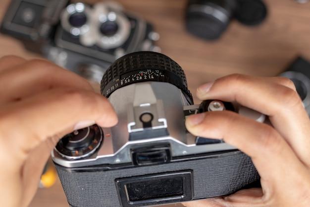 Manipulando câmera fotográfica