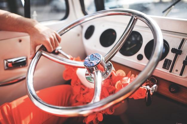 Manípulo de segurando o volante