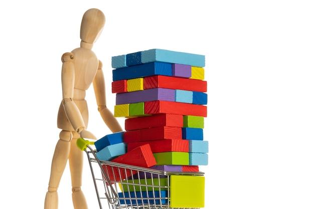 Maniquine de madeira com carrinho de compras e bloco de madeira multicolorido