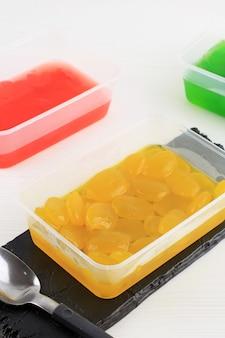 Manisan kolang-kaling de três cores (fruta em conserva da palmeira de açúcar). esta sobremesa é um refresco típico da indonésia e durante o ramadã e idul fitri ou hari raya. copiar espaço para texto