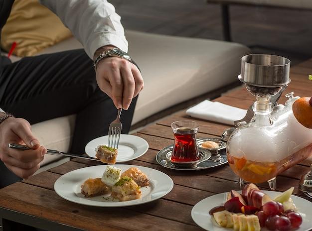 Manjar turco com chá preto em cima da mesa
