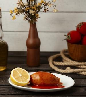 Manjar turco em cima da mesa com limão