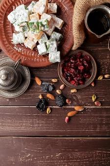 Manjar turco em uma mesa de madeira.