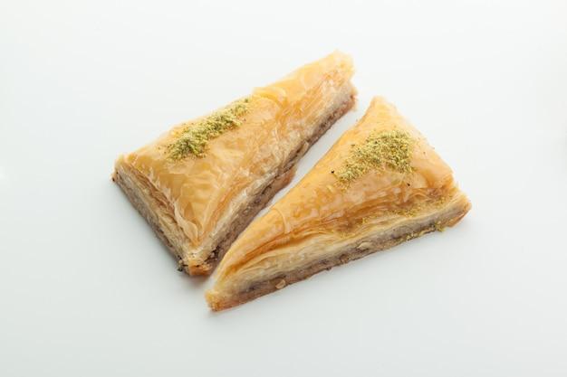 Manjar turco saboroso isolado no branco