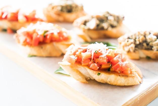 Manjericão alimento aperitivo mediterrâneo pequeno-almoço