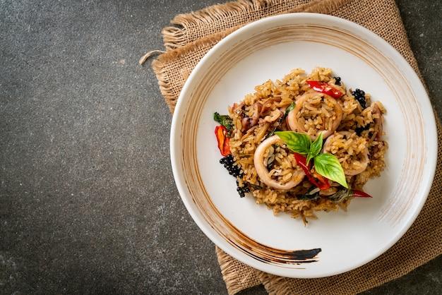 Manjericão caseiro e arroz frito com ervas picantes com lula ou polvo. comida asiática