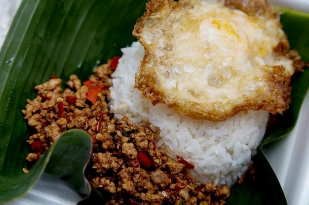 Manjericão de porco frito com arroz
