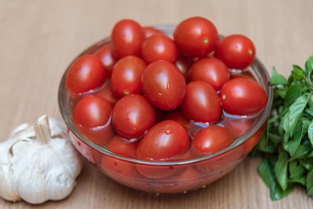 Manjericão e tomate na mesa