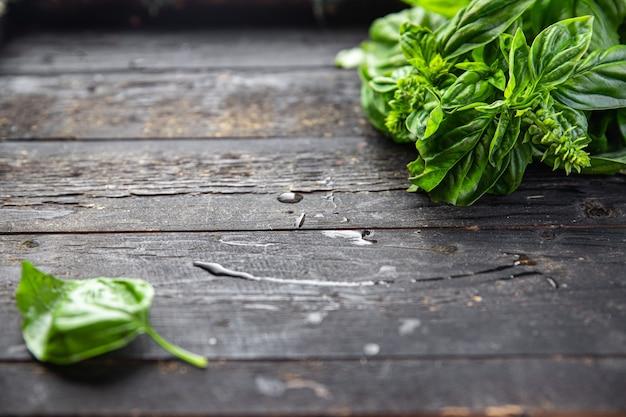 Manjericão fresco suculento pétalas verdes temperos aromáticos porção fresca crua pronta para comer refeição lanche Foto Premium