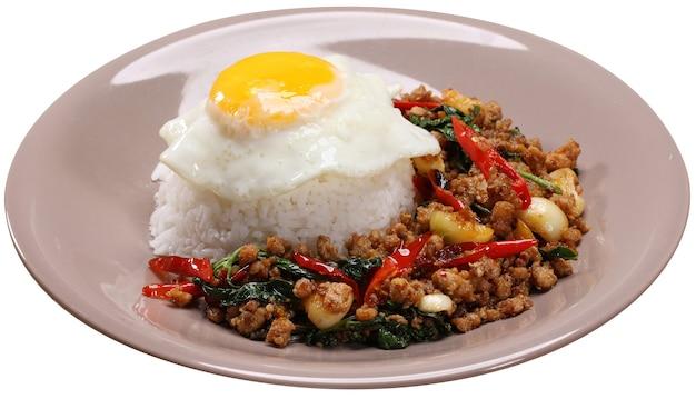 Manjericão frito, carne de porco servida com arroz e ovo frito