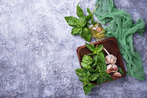Manjericão verde fresca com alho e azeite. foco seletivo
