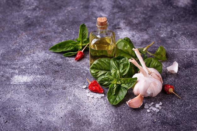 Manjericão verde fresco com alho e azeite