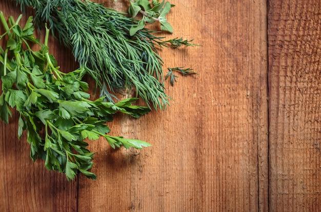 Manjerona erva picante em uma mesa de madeira
