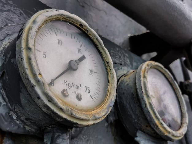Manômetro antigo close-up, manômetro no sistema de controle pneumático
