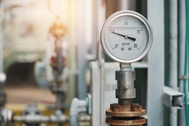 Manômetro na bomba de descarga na planta industrial, manômetro de óleo e gás na fábrica