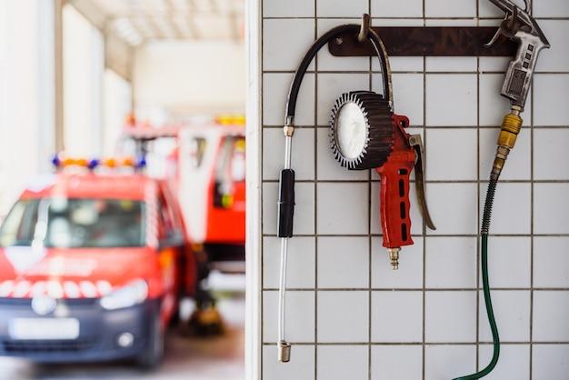 Manômetro para inflar as rodas de veículos de emergência de um quartel de bombeiros.