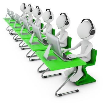 Mans em fones de ouvido com um microfone se senta em uma mesa com um computador pessoal.