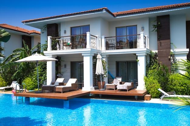 Mansão de luxo com piscina no jardim