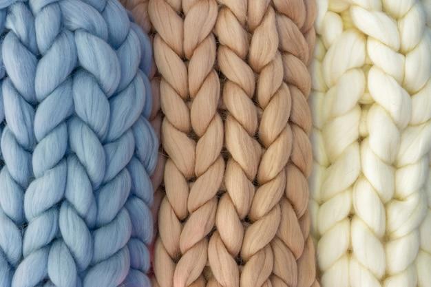 Manta de tricô com um close das cores delicadas