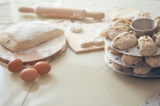 Manta nacional de comida uzbeque, como bolinhos