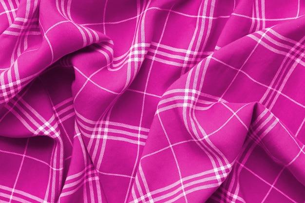 Manta quadriculada rosa veste o material.