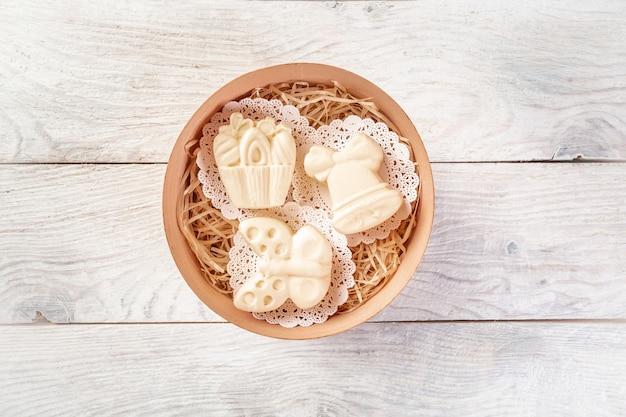 Manteiga caseira fresca em tigela vista superior