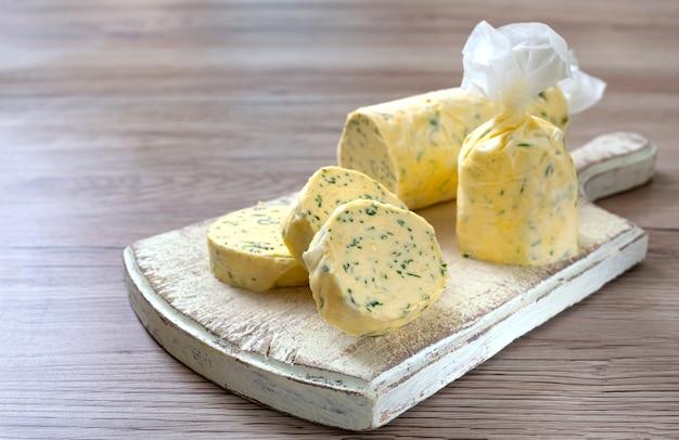Manteiga com salsa de endro na forma de pedaços de pão para facilitar o uso manteiga de ervas em uma placa