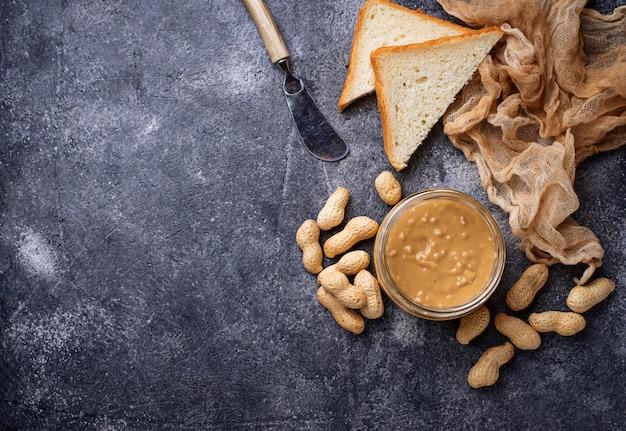 Manteiga de amendoim caseira e nozes