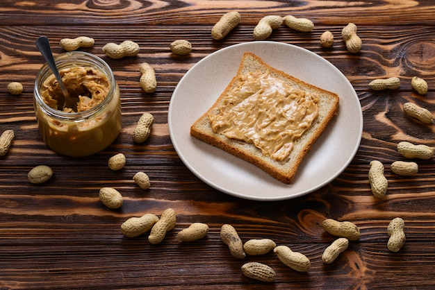 Manteiga de amendoim cremosa com torrada