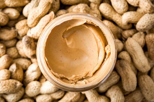 Manteiga de amendoim cremosa na superfície do amendoim