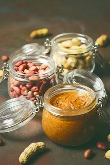 Manteiga de amendoim cremosa orgânica caseira em uma jarra