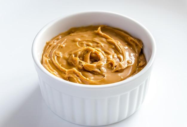 Manteiga de amendoim em uma tigela