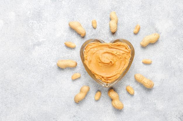 Manteiga de amendoim orgânica caseira com amendoim.