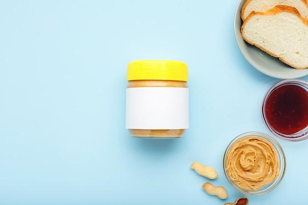 Manteiga de amendoim, pasta de amendoim cremosa. vista superior, plana leigos.