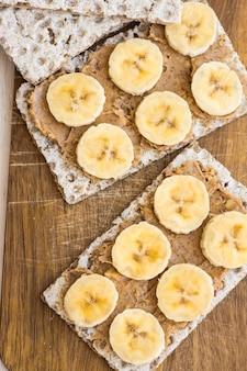 Manteiga de amendoim robusta vegana saudável e sanduíche de banana com pão torrado integral sueco