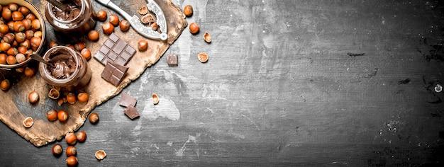 Manteiga de chocolate com avelãs em um quadro negro