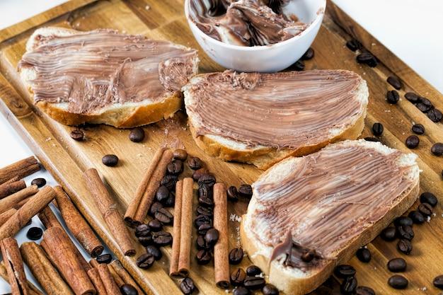Manteiga de chocolate deliciosa e pão branco