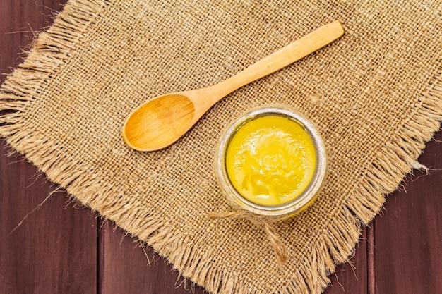Manteiga derretida, pura ou desi ghee (ghi), clarificada