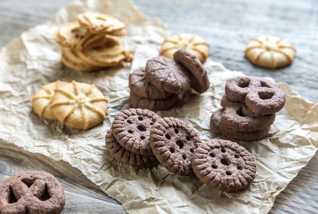 Manteiga e biscoitos de chocolate em um fundo de madeira