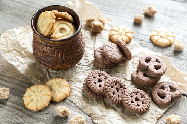 Manteiga e biscoitos de chocolate no fundo de madeira