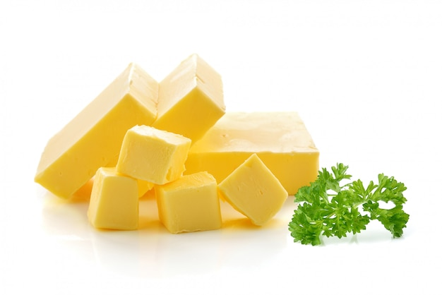 Manteiga isolada no fundo branco.
