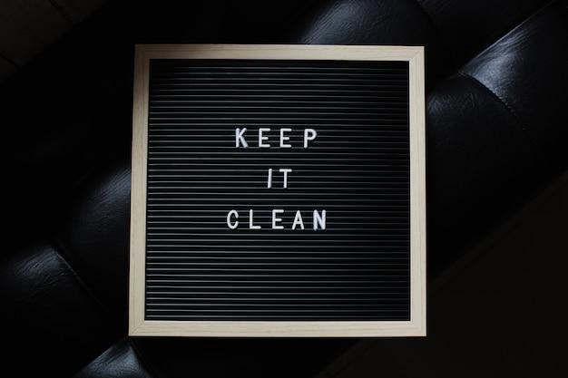 Mantenha limpo, citação de quadro de carta em fundo preto