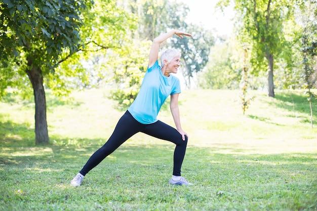 Manter a saúde da mulher idosa no conceito de aposentadoria