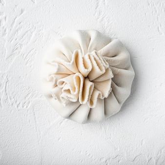 Manti, conjunto tradicional de ravióli turco, em bandeja de plástico, em superfície de pedra branca