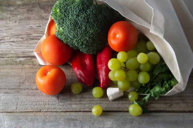 Mantimentos em eco saco com frutas e legumes. zero sacola de compras de alimentos descartados.