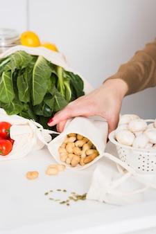 Mantimentos orgânicos de close-up e nozes em cima da mesa