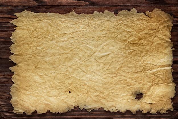 Manuscrito antigo contra o fundo de tábuas de madeira