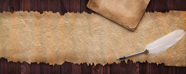 Manuscrito vintage com caneta na mesa